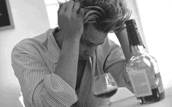 El peligro del exceso de alcohol si no pasaste los 30