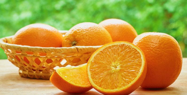 ¿El color naranja o la fruta fue antes?