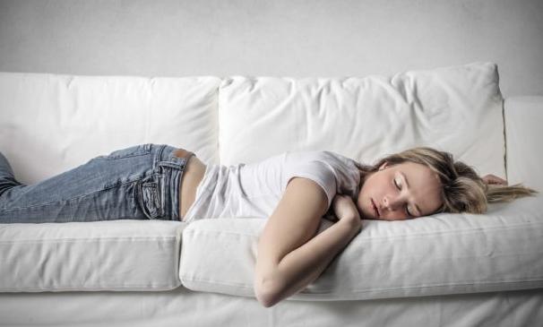 Dormir siesta nos hace más felices según un estudio