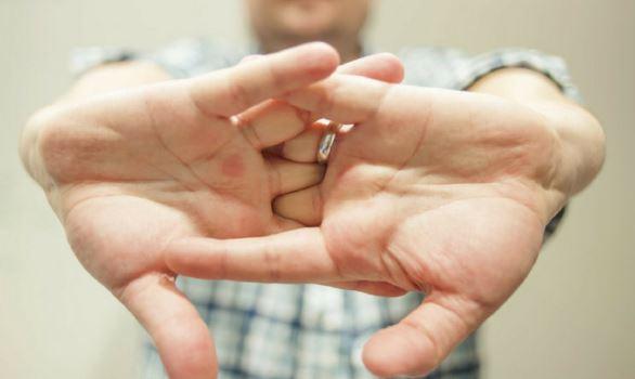 Científicos explican qué pasa al tronar los dedos